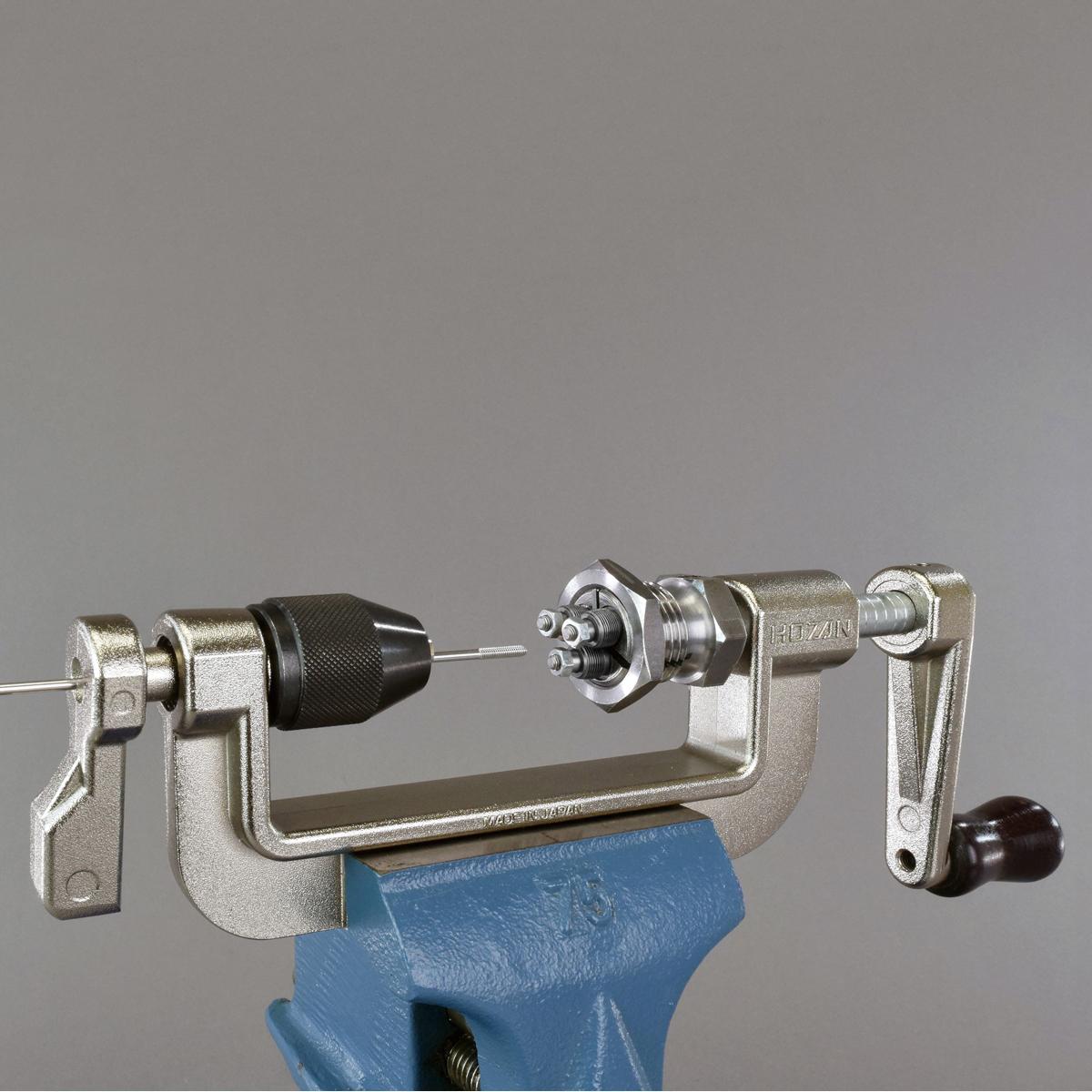 hozan spaakdraadmachine c70222 voor bankschroefklem met 3 draadsnijkoppen 1315gbc2318 grij